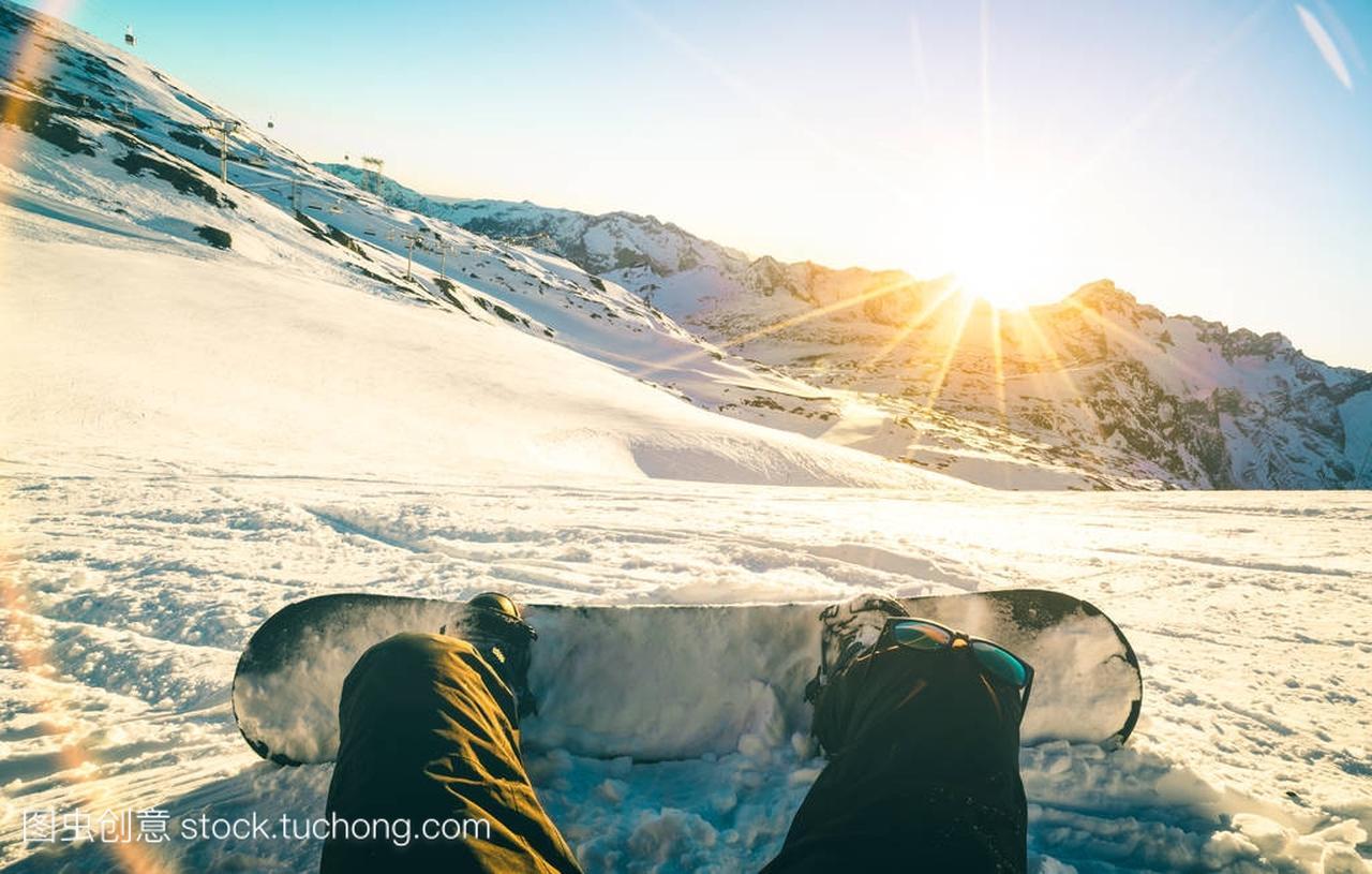 表演放松日落坐在片刻在法国阿尔卑斯滑雪胜地40式木兰双扇运动员滑雪