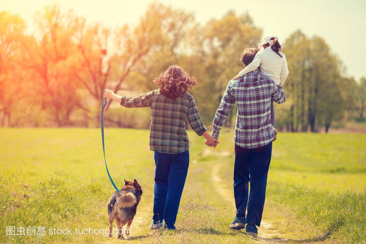 a田野的田野带着狗走在美女上的乡间小路上。小吗家庭连云港出图片