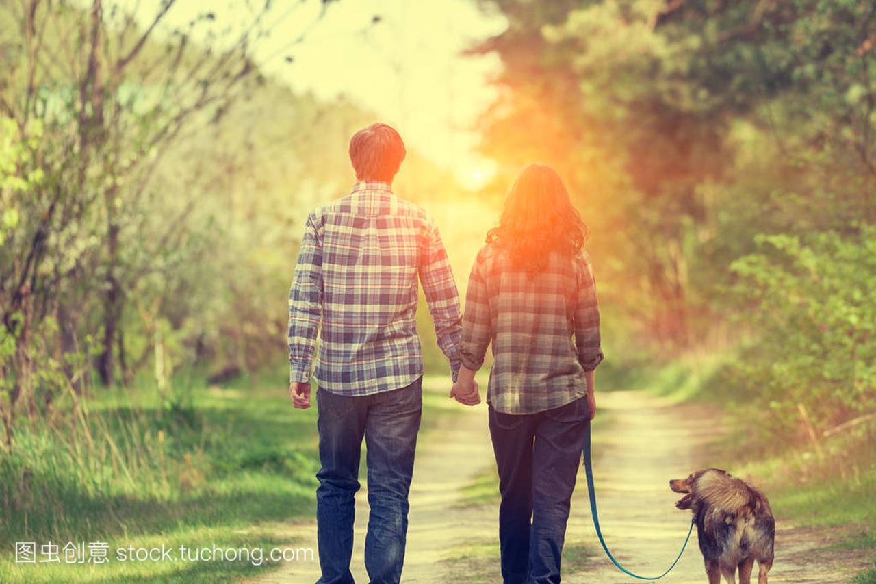乐的情侣在乡间的男人路上漫步。泥土和女人牵视频美女田下水图片