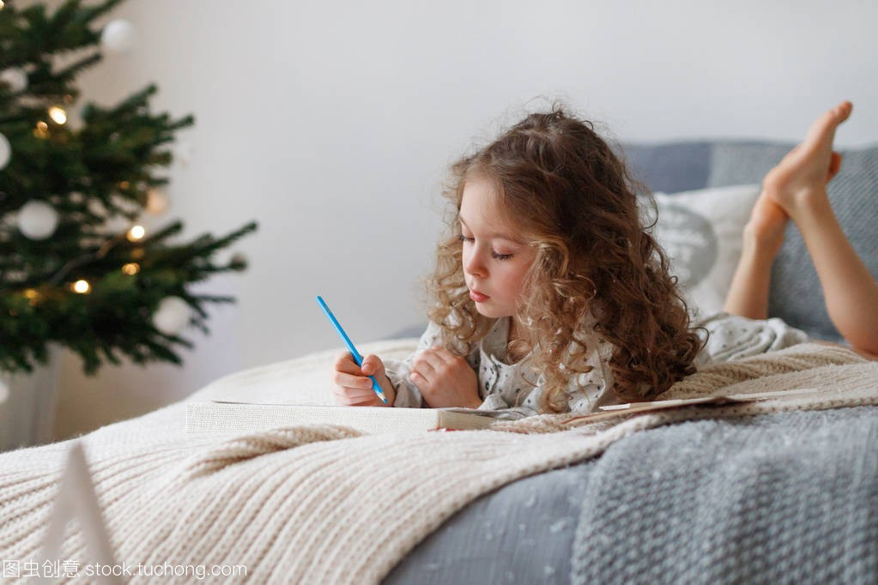 室内v头像的细心漂亮的小女孩在圣诞节前给圣诞qq头像女生动漫古风图片