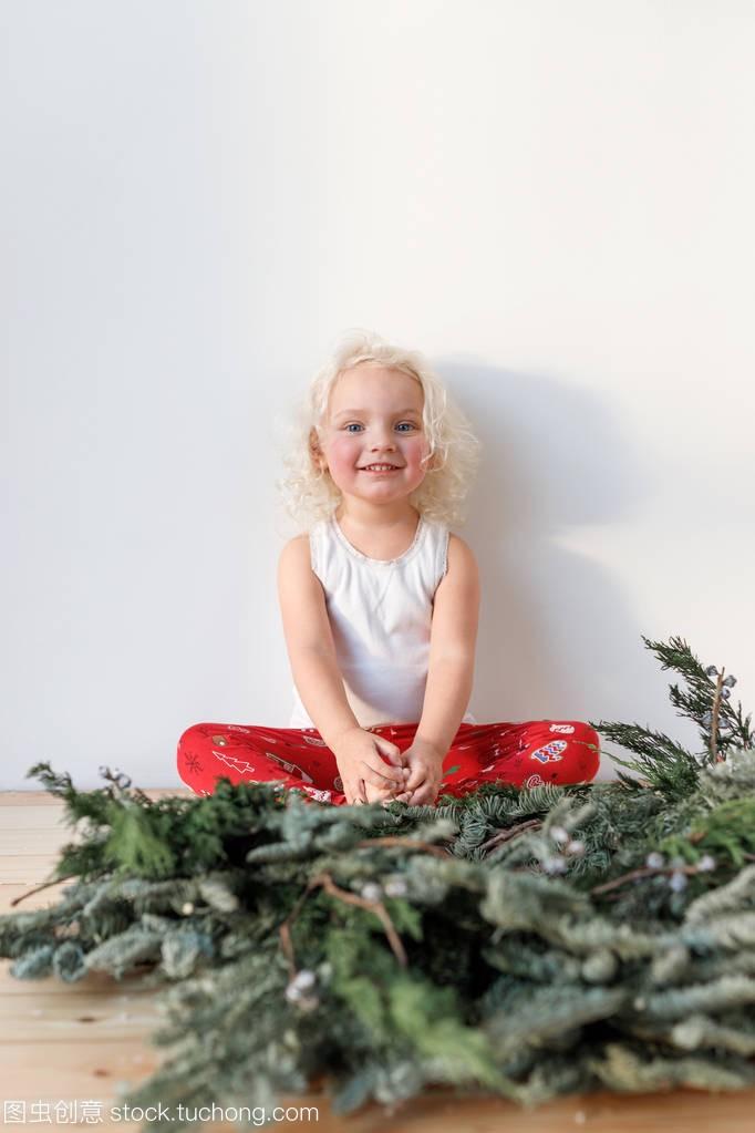 竖拍可爱可爱的小女孩坐在v背景腿上对背景女生头像卡通白色萌一对可爱呆图片
