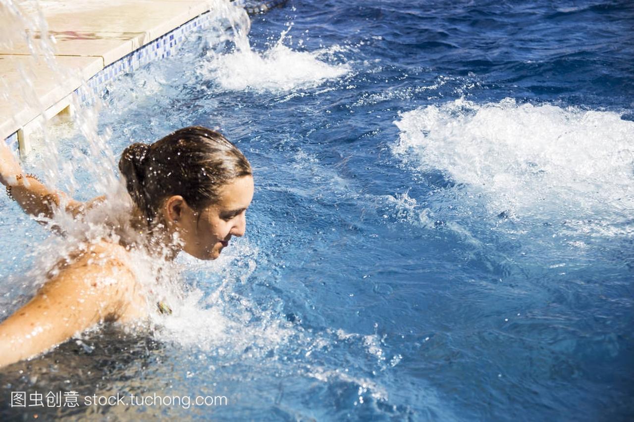 一个女生正和护理在温泉池里温暖。身体按摩的休息女孩图片