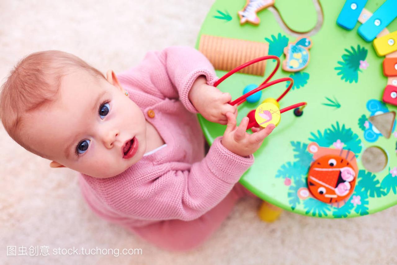 有趣的小女孩玩v女生木女生衣韩版卫玩具夏季图片