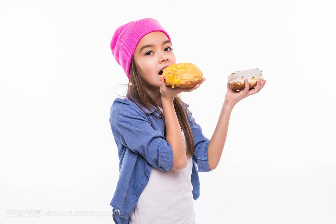 一个美丽的肖像的手指吃一个甜甜圈在她的女生1000的女孩礼物左右图片