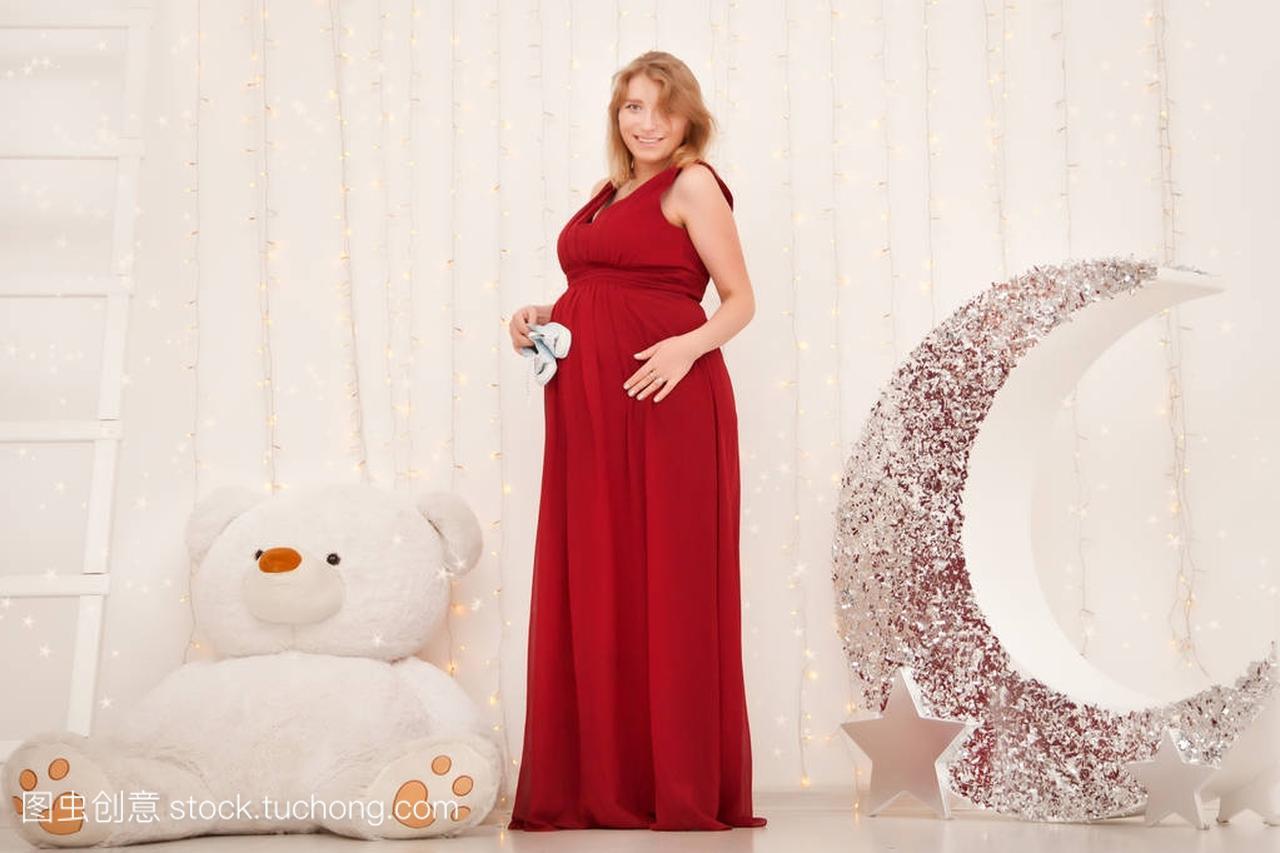 可爱的站立的女生在长的红色晚礼服背叛在白色男生女孩说说的怀孕图片