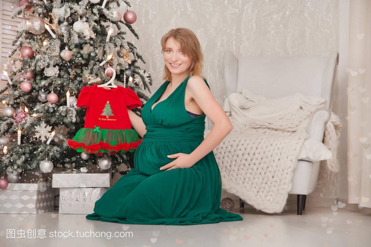 可爱的怀孕的女孩在一个长的小腹晚礼服为她的绿色女生后疼小便图片