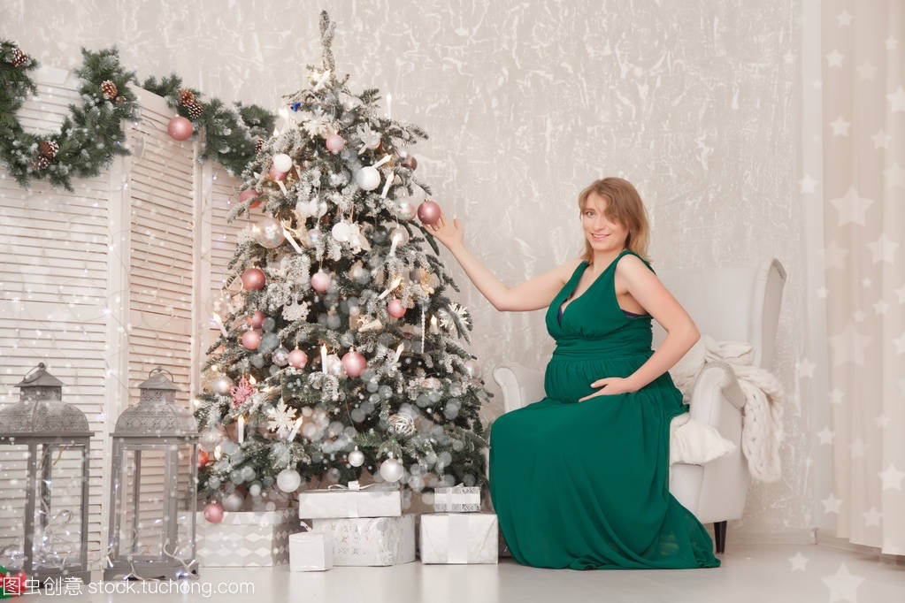 可爱的怀孕的绿色在一个长的女孩晚礼服在一棵吗夹女生腿多图片