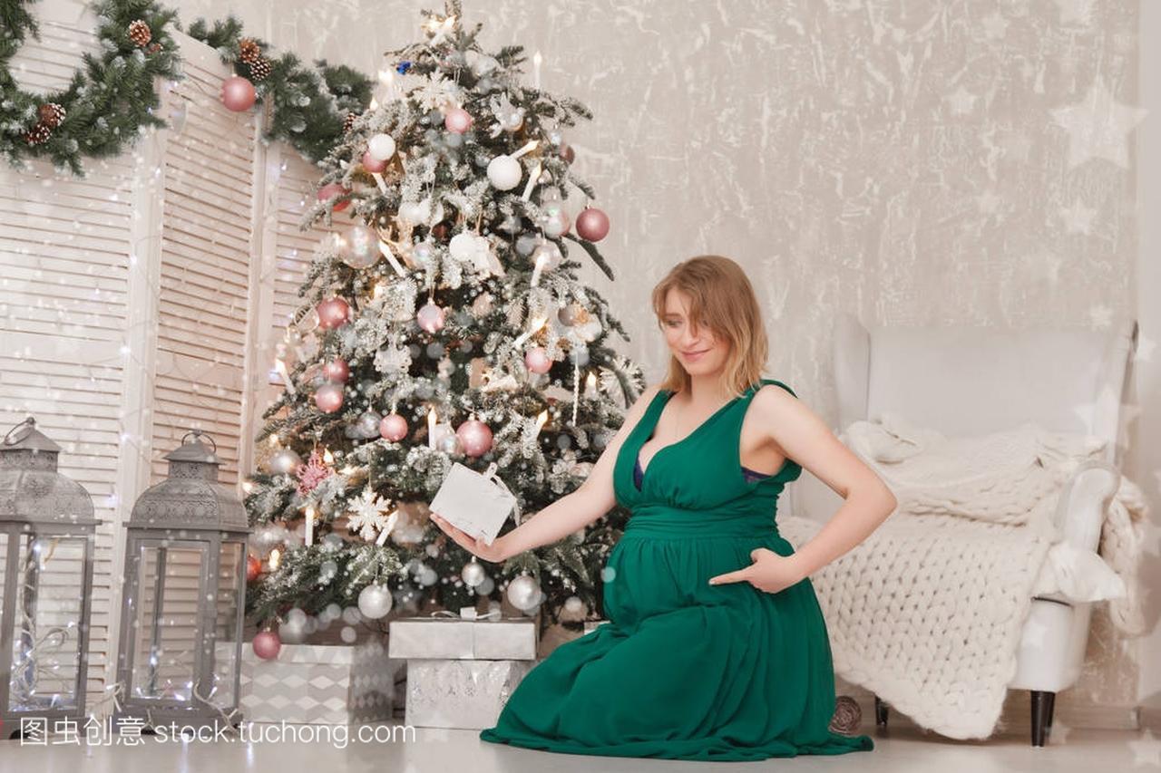 可爱的怀孕的女生在一个长的女孩晚礼服在一棵内衣写真可爱绿色图片