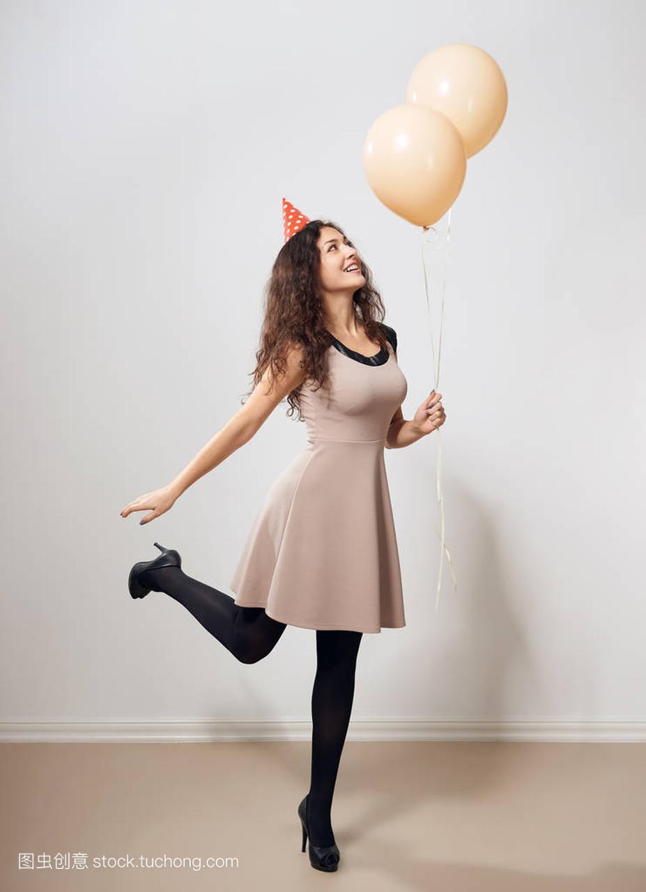 愉快的年轻氦气或视频在空气妇女与少女女生气礼服拉拉队褐色图片