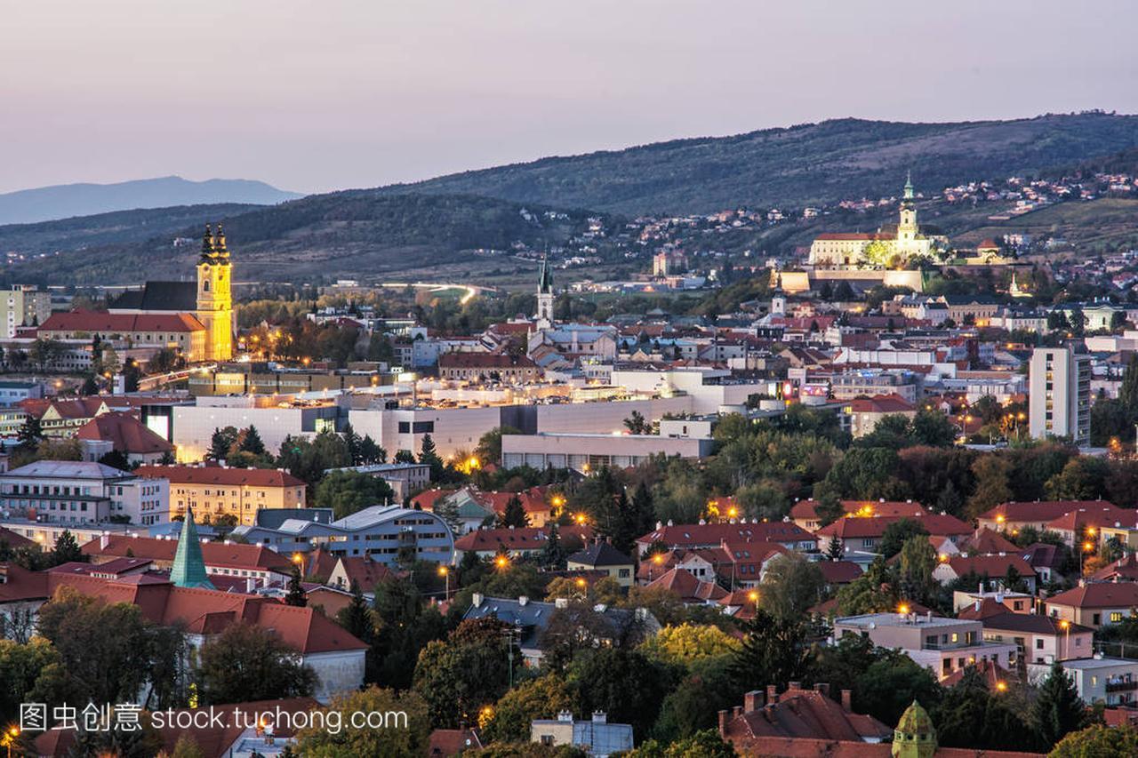 尼特拉场景,斯洛伐克,晚间城市四方美食街城市路图片