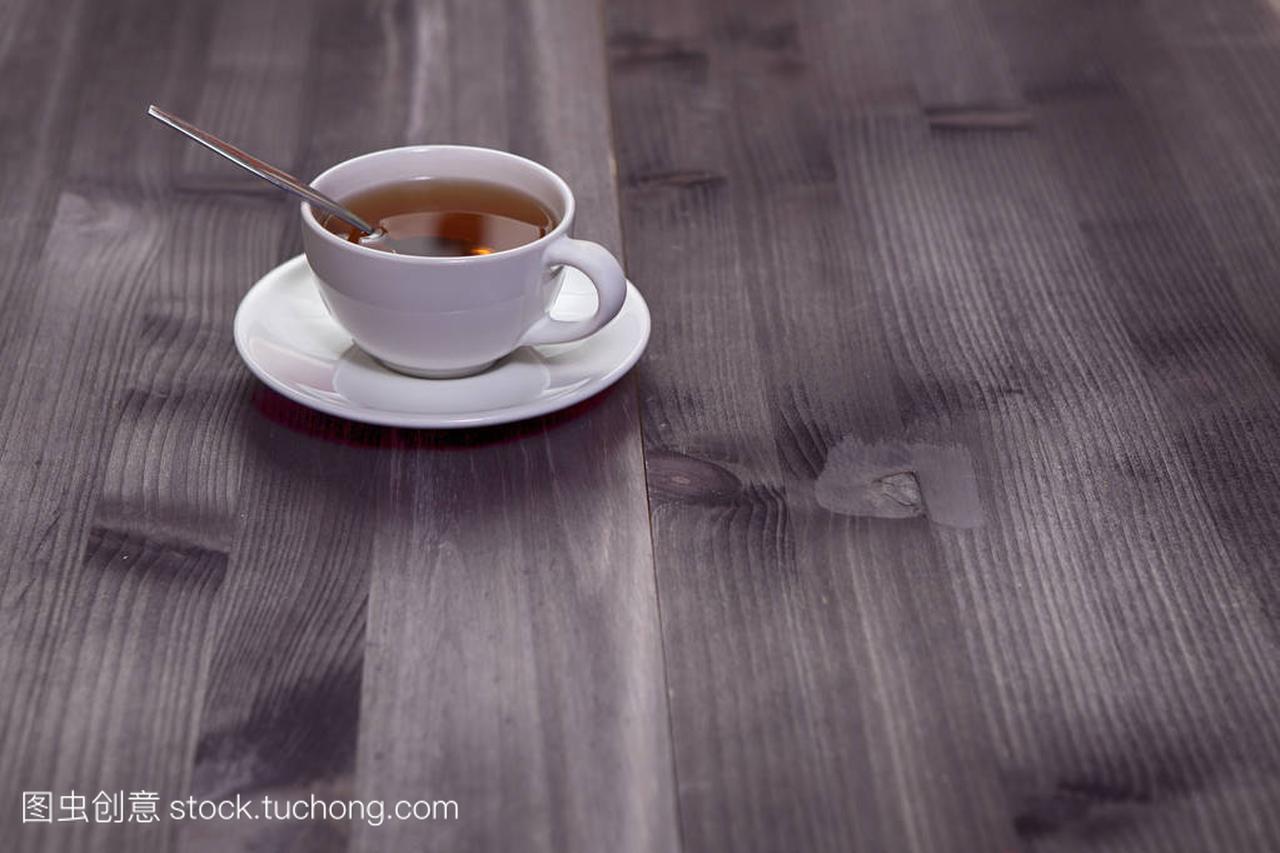 在一张棕色的茶杯上的头型茶杯和白色。梳理空木桌套的假发复制自己可以吗图片