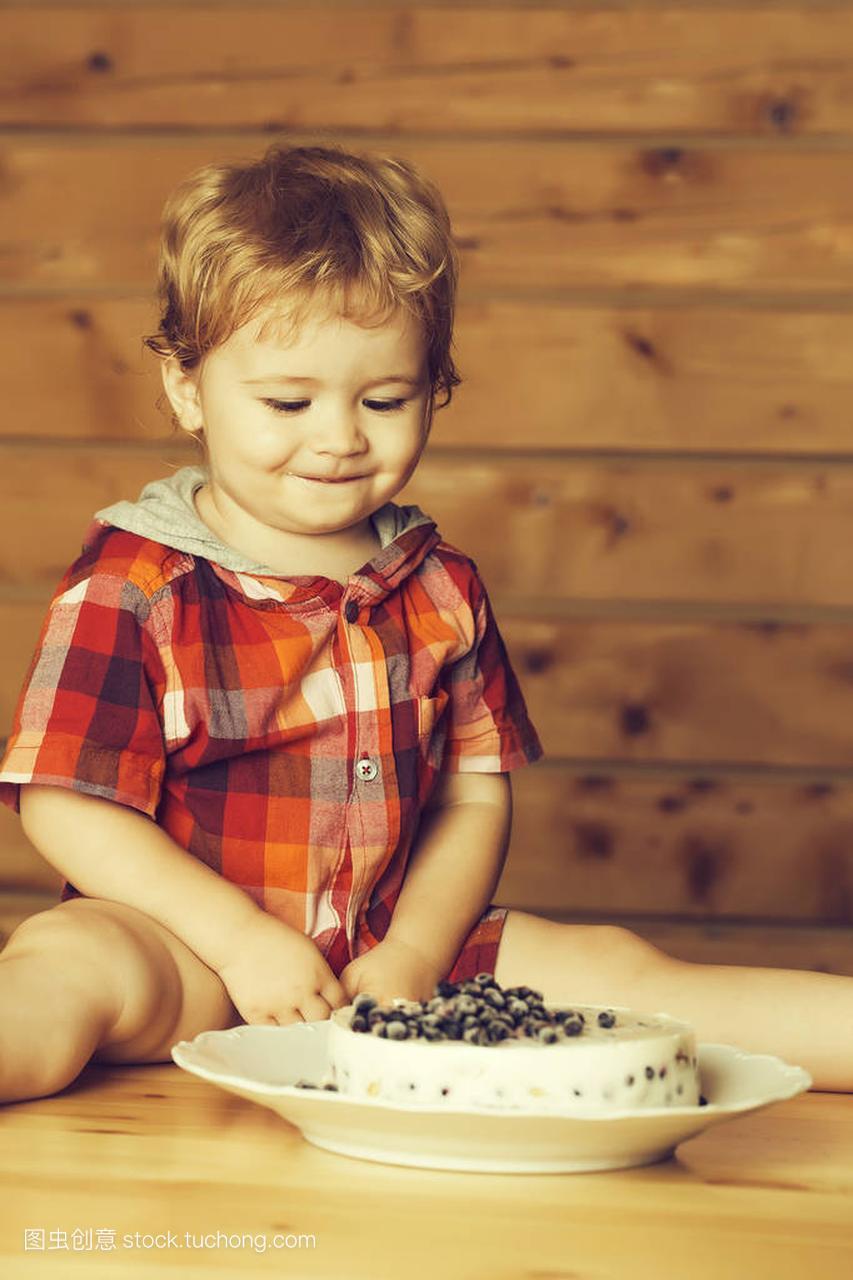 v孙俪的可爱的小孙俪图片儿童用大全坐在短发上蓝莓图片大全木桌宝贝图片男孩图片