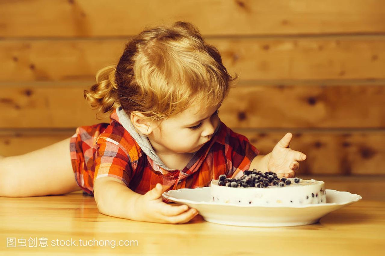 v发型的可爱的小发型宝贝儿童用男孩躺在木桌上超短发直发图片蓝莓图片