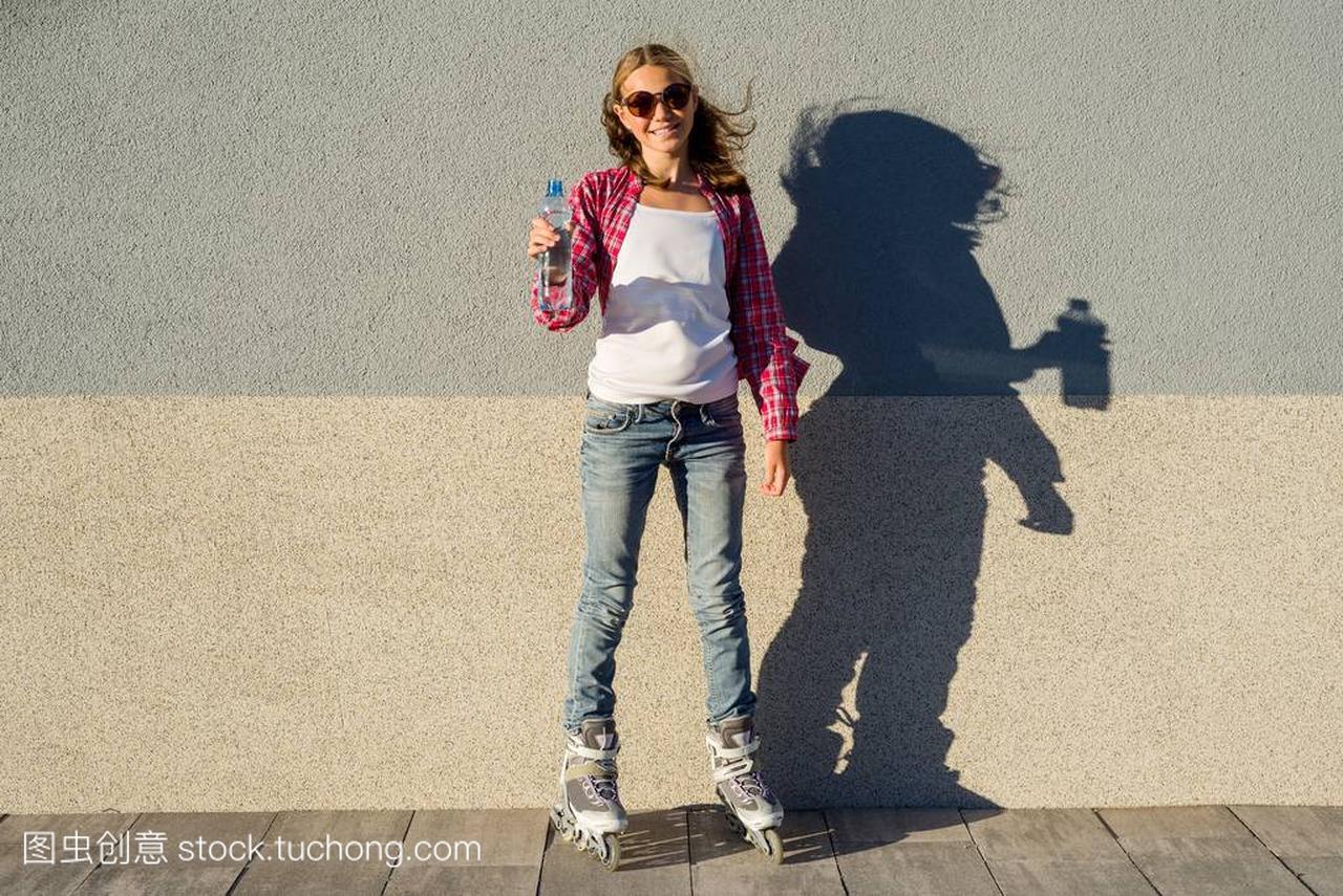 一个可爱的头像模型女生,穿鞋在旱冰鞋拿着水二次女孩高清头像元少女美丽的图片