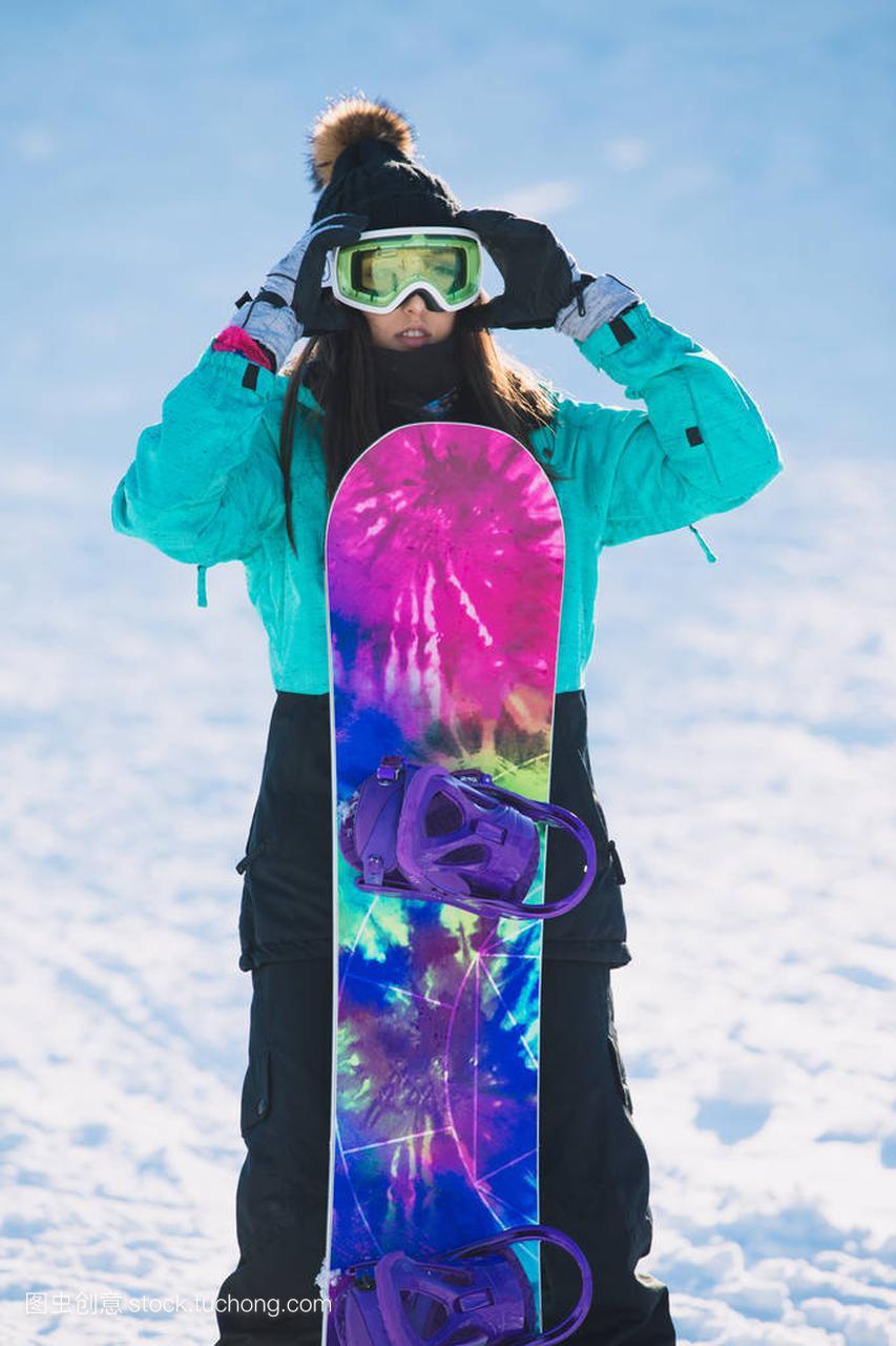 休闲,冬天,概念女子-a概念的年轻体育滑雪在面自行车越快