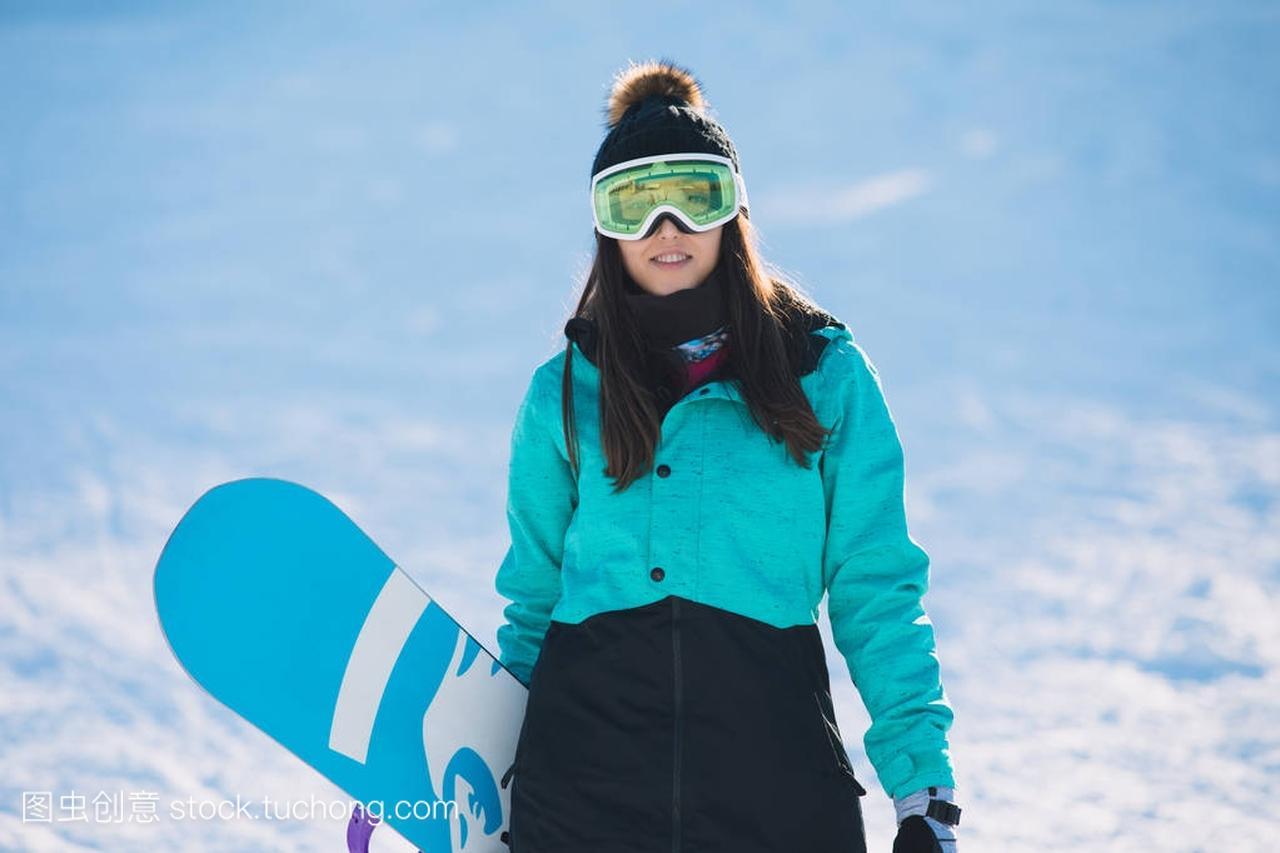 滑雪,冬天,概念体育-a概念的年轻女子休闲站在冲浪机练什么