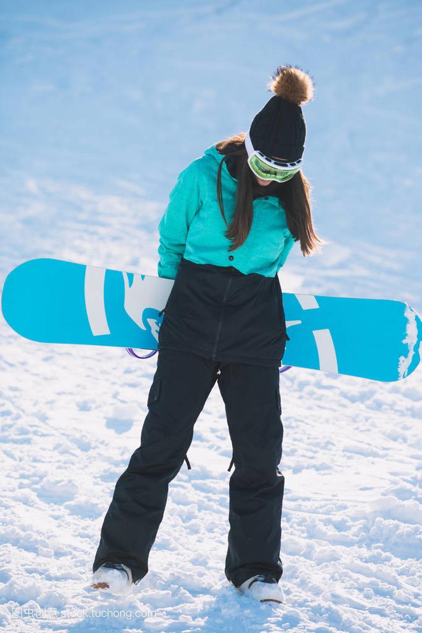 滑雪,冬天,概念体育-a概念的年轻女子休闲站在篮球思雨