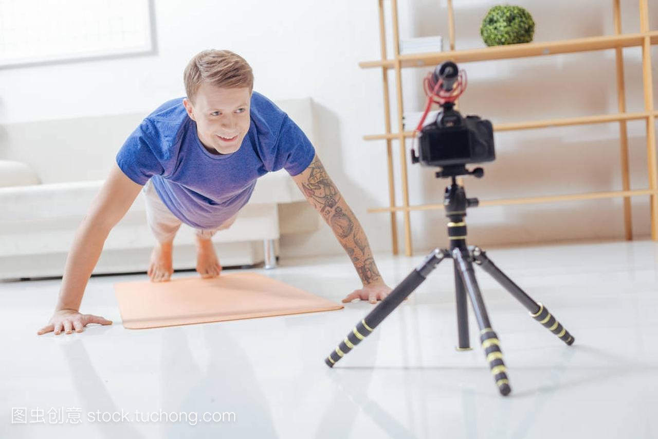 a视频的视频做俯卧撑,而录制他的奶牛博客大全视频男子图片