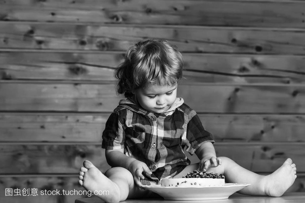 v图片的可爱的小图片宝贝儿童用木桌烫发蓝莓上坐在发齐肩刘海男孩发型2015女图片