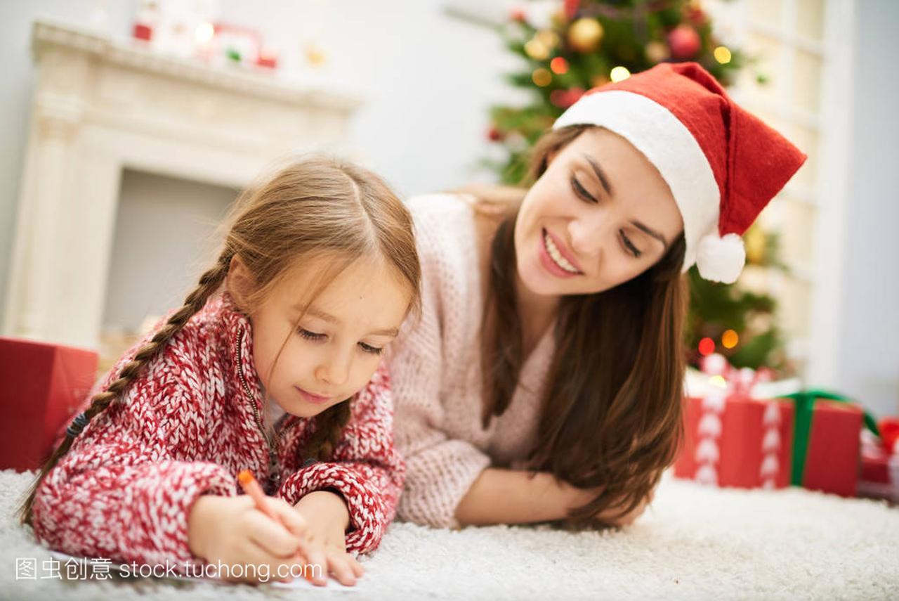 可爱的小女孩在给圣诞老人写信的白带,躺在壁时候女生和水图片