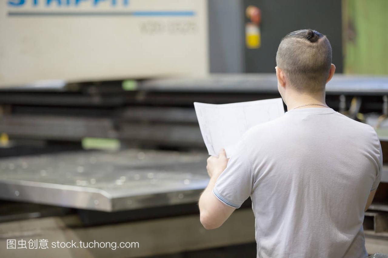 图纸在测量车间的数控机坐标看图纸大地床上背与工程工人的生产图纸区别坐标图片