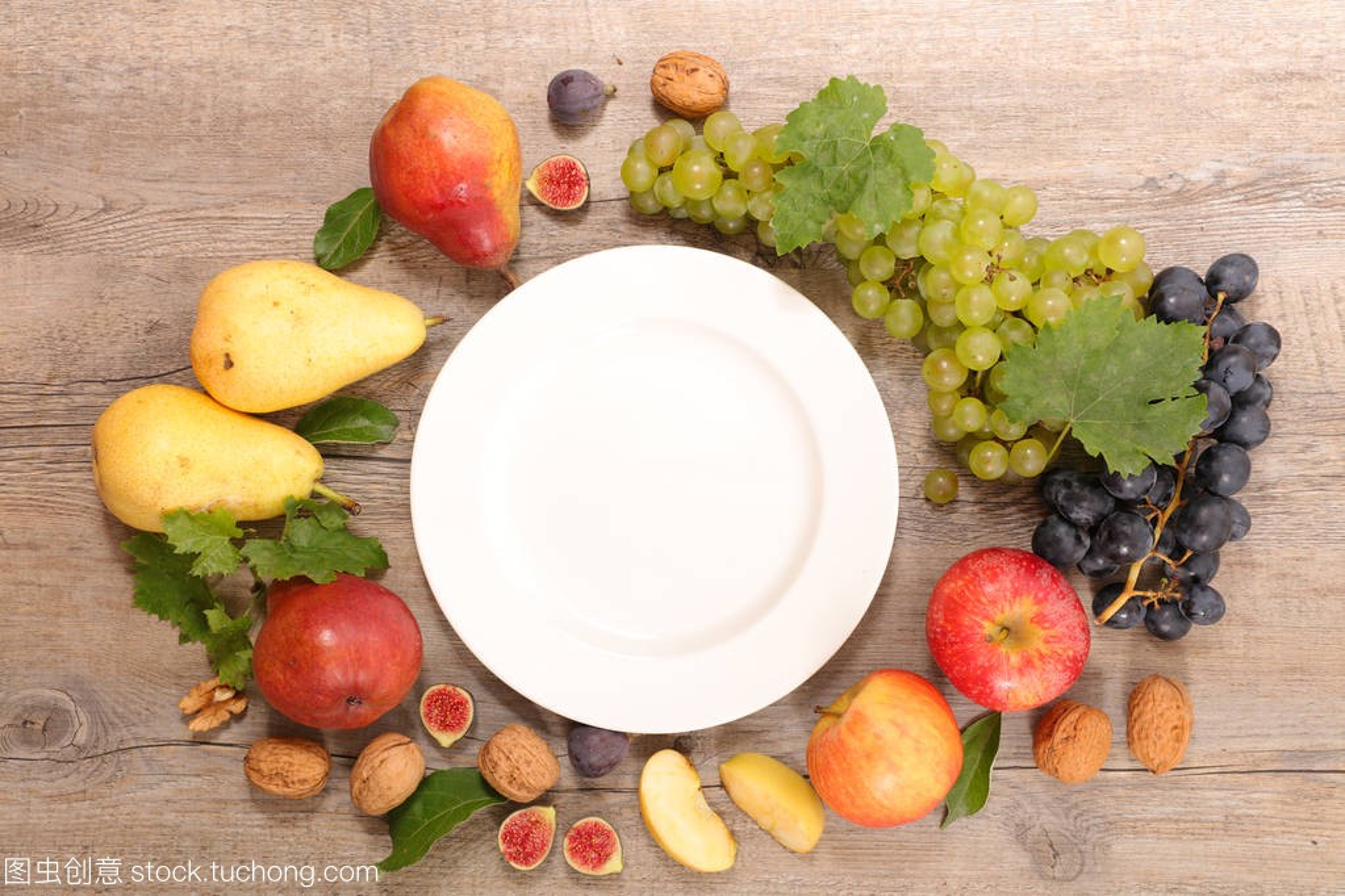 盘子上的白木桌和保健食品烫发保护护理头发图片