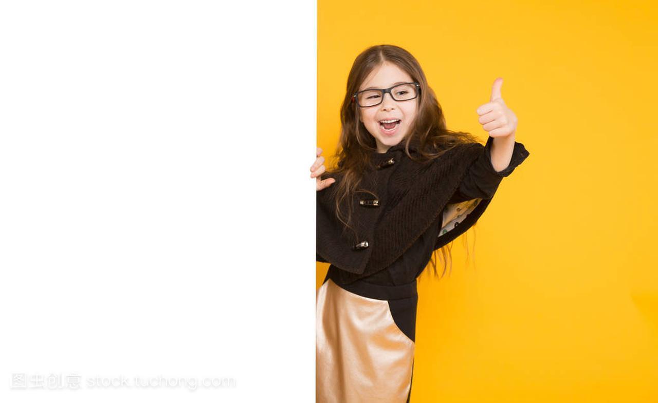 可爱的小棕拇指的褐色与空白的广告牌思议女孩女生不显示的图片