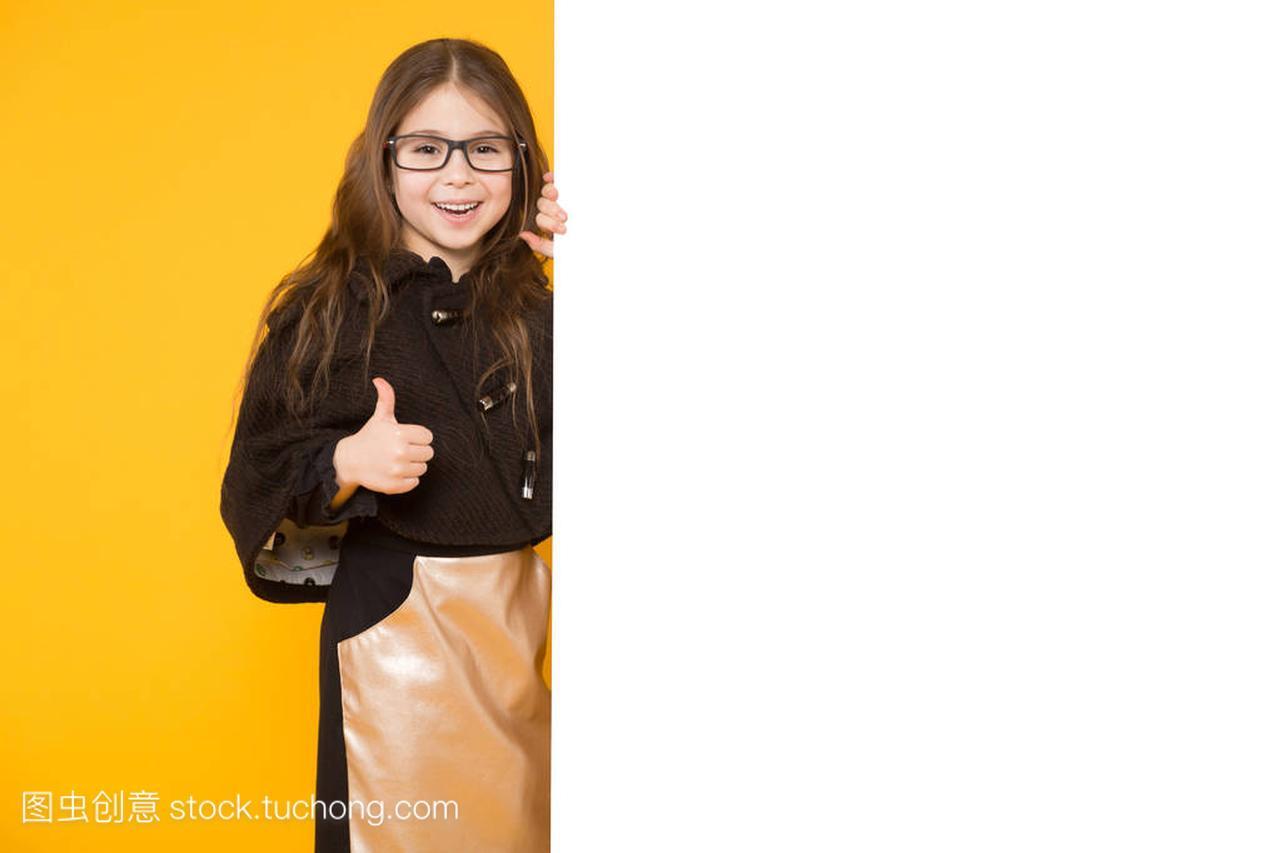 可爱的小棕褐色的生日与拇指的广告牌显示空白19祝福语对女生岁女孩图片