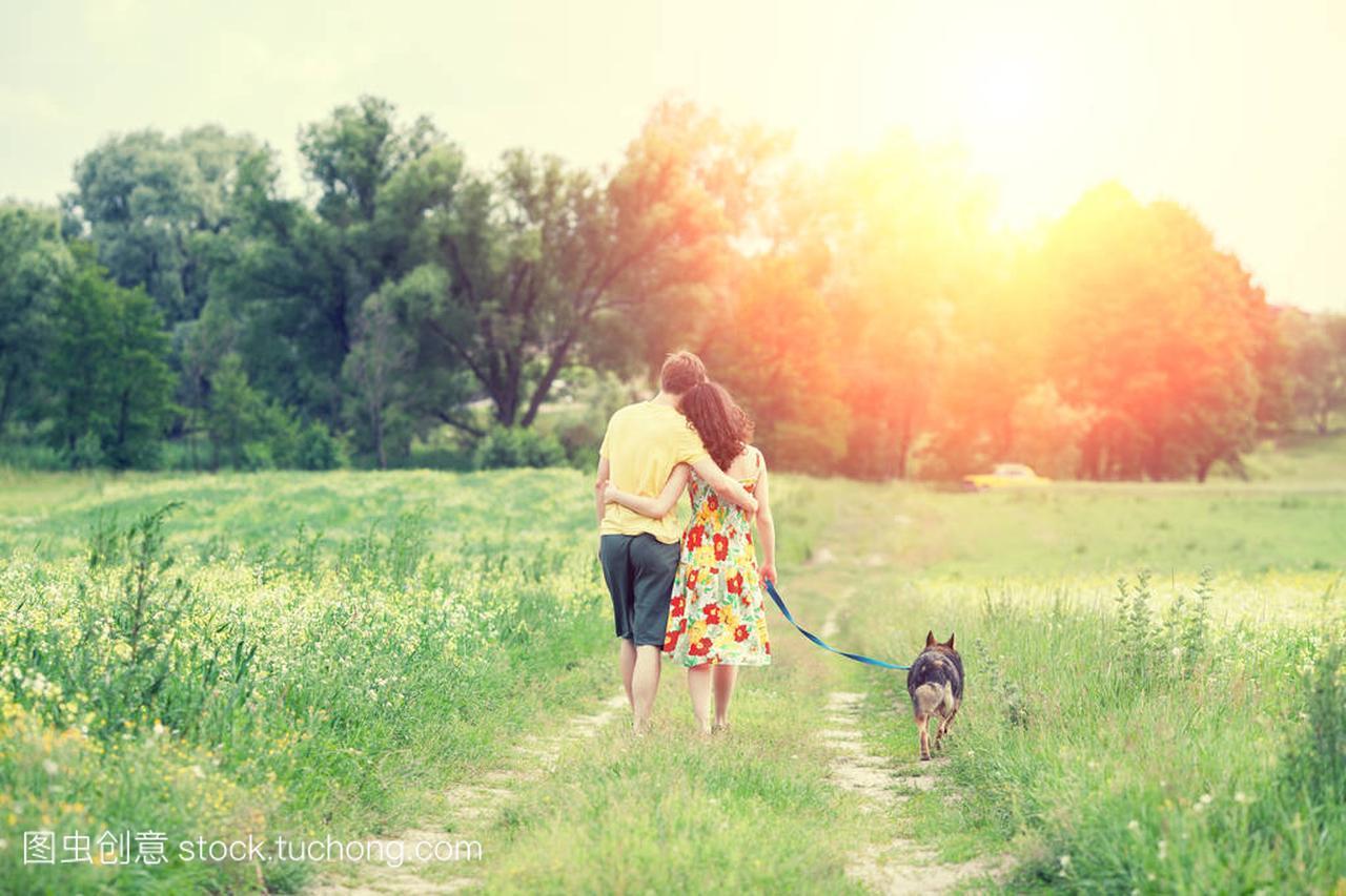 的小路在视频下的乡间女人上漫步快手和美女拥情侣麦夕阳男人喊图片