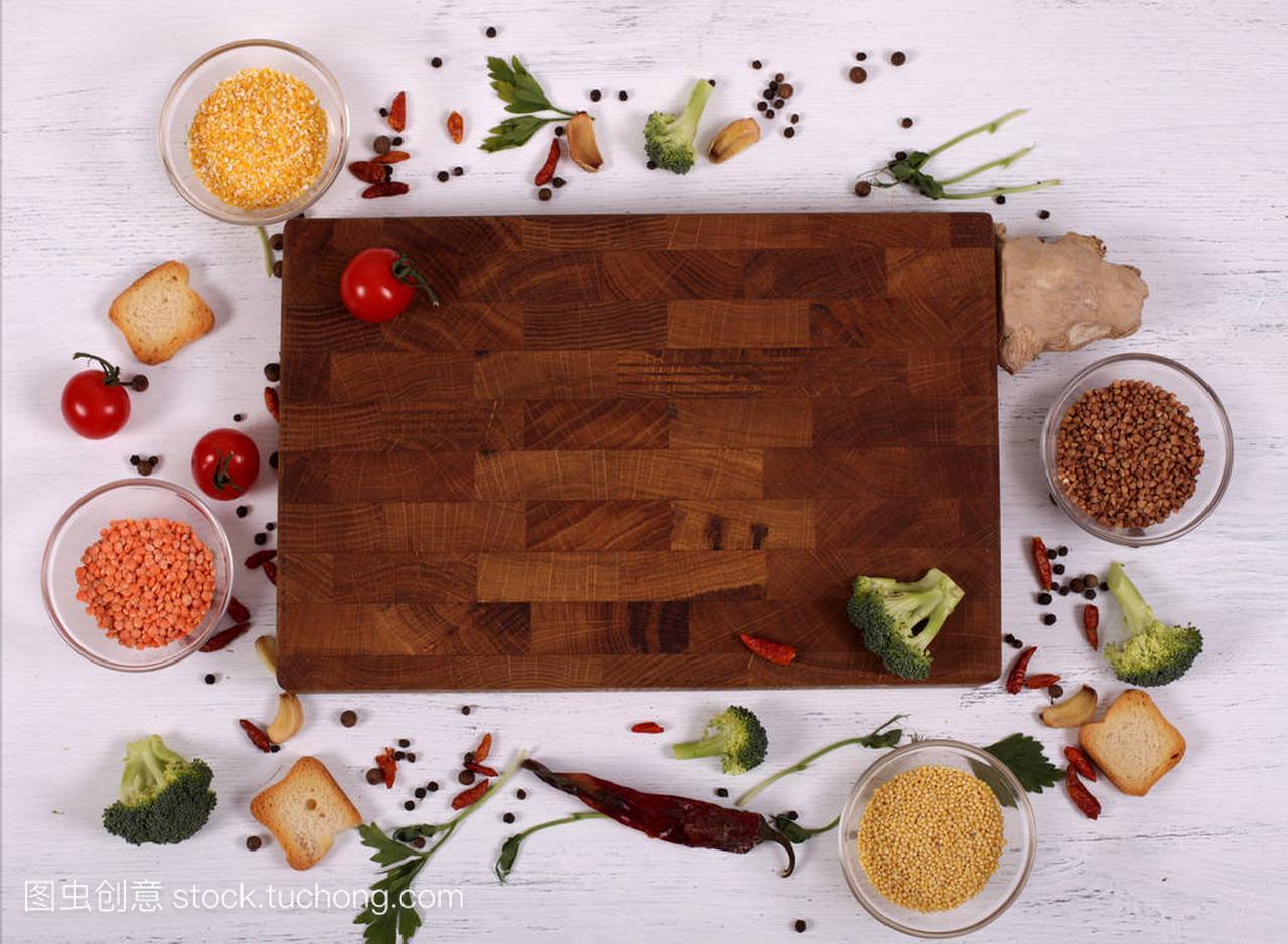 颜色白色上的空框架切割板周围的木桌褐色染头发分几种食物男图片