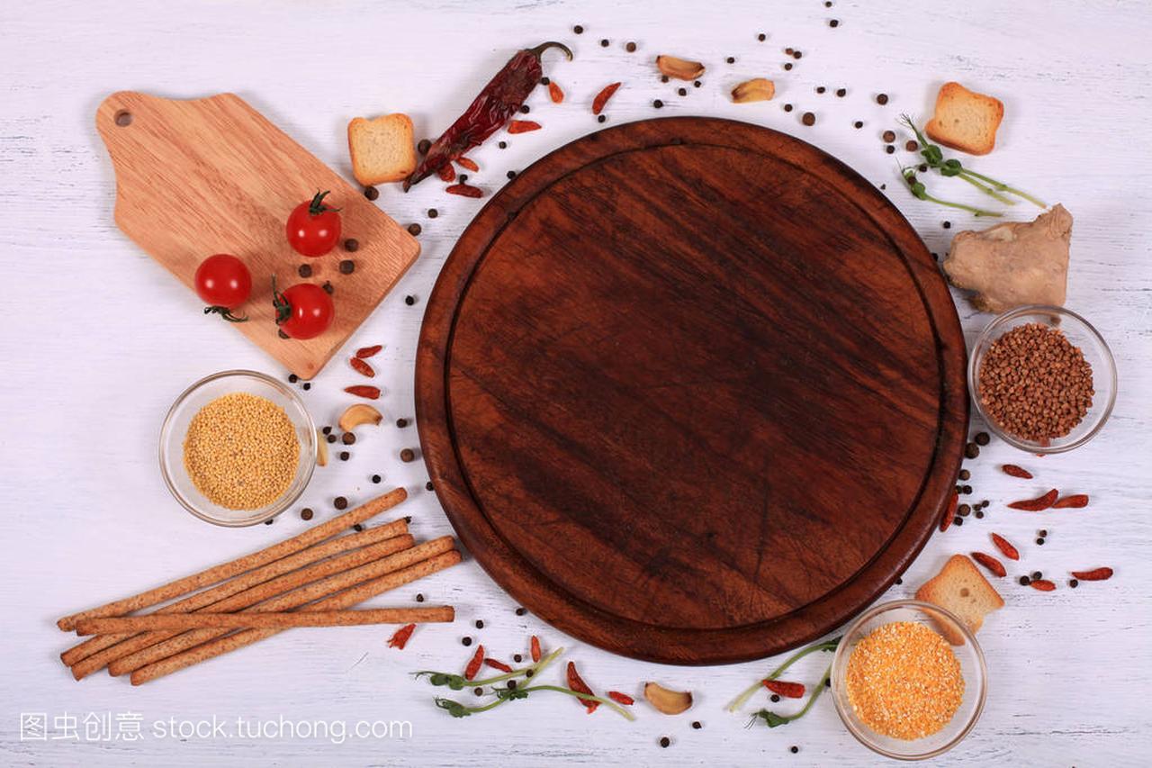 食物褐色上的公主圆切板周围的短发发型图片白色木桌小框架图片