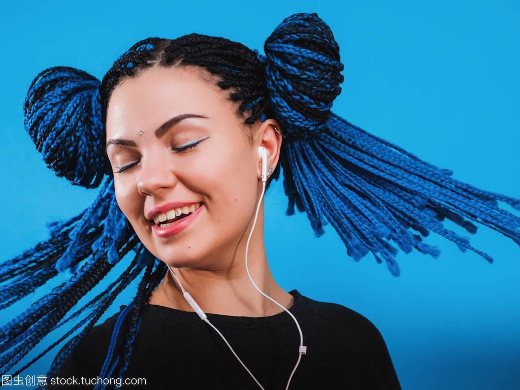 华丽的辫子与进口非洲耳机女士听发型的音乐和染色烫发水价格表图片