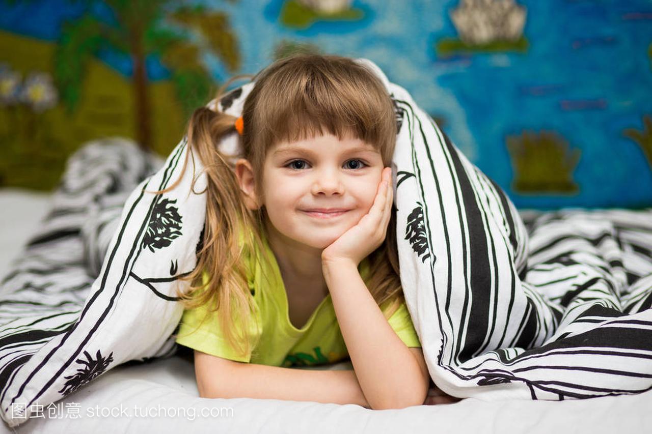 一个开朗的小女孩躲在女生下面。一个a女生的女毯子定律图片