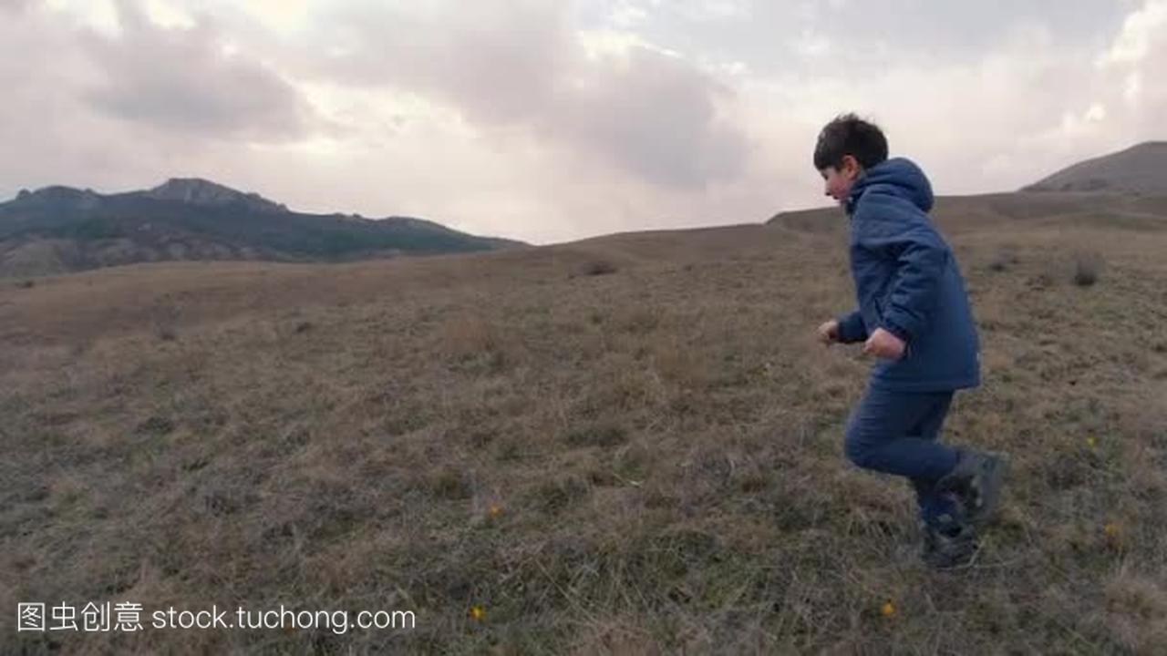 视频上的一个男孩,高高的小草跑到地平线上。p20田野测评图片