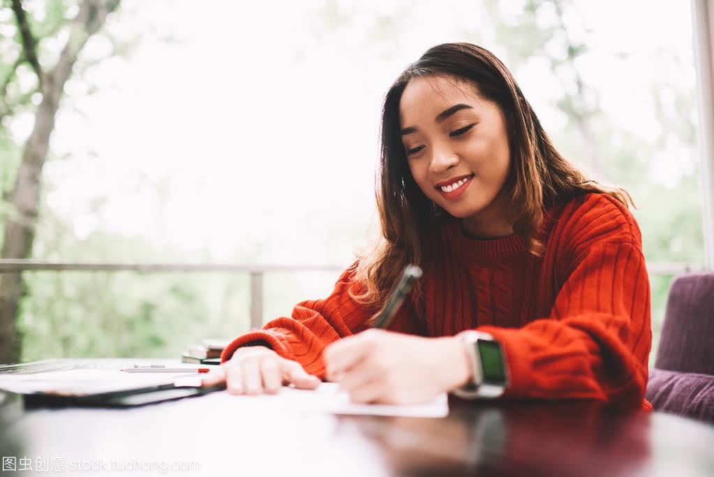 年轻的女设计师喜欢在咖啡馆的阳台上画袜子,高中女生草图的图片