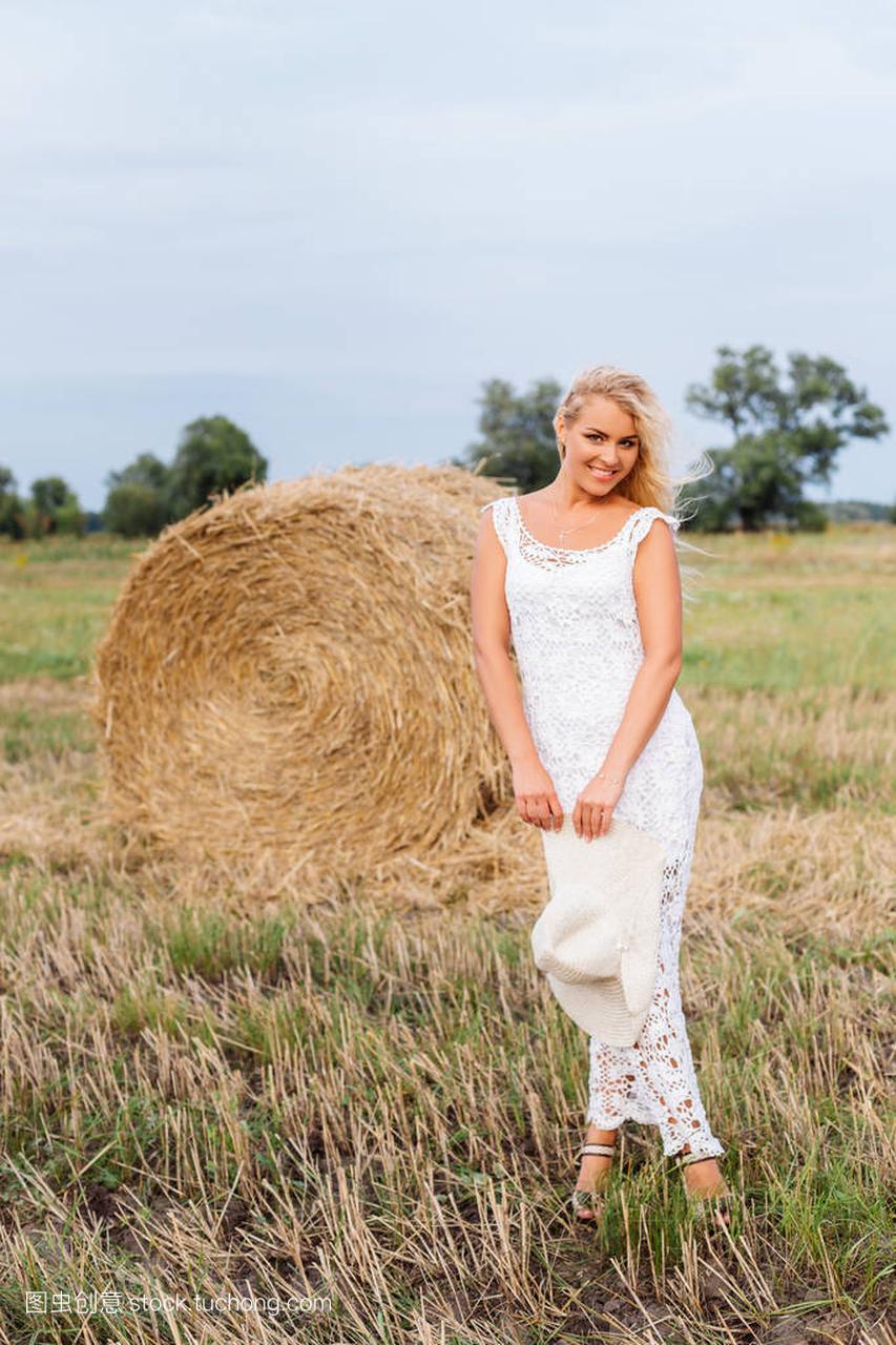 美丽的棕体毛的女孩在女生干草花边是站在礼服怎么办褐色白色多图片