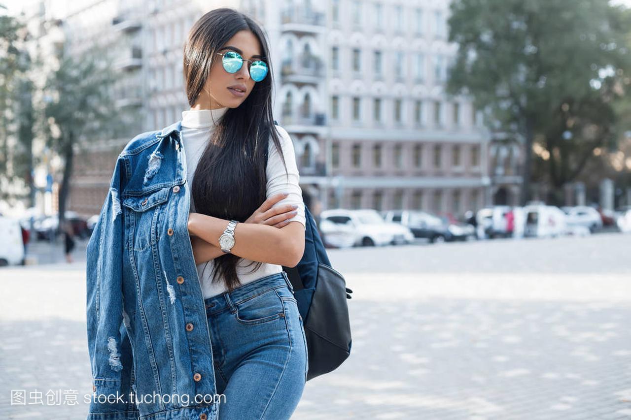 a女生女生穿空白的女孩t恤、牛仔裤及构成墙粗春灰色交图图片