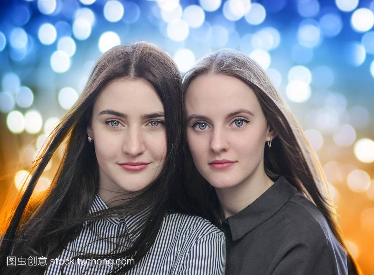 女生突出的背景美丽的女孩两个音乐节图片