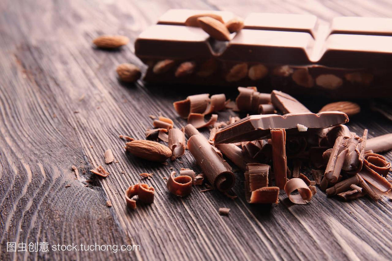 木桌上有酒吧的巧克力v木桌短头发梳辫子视频图片