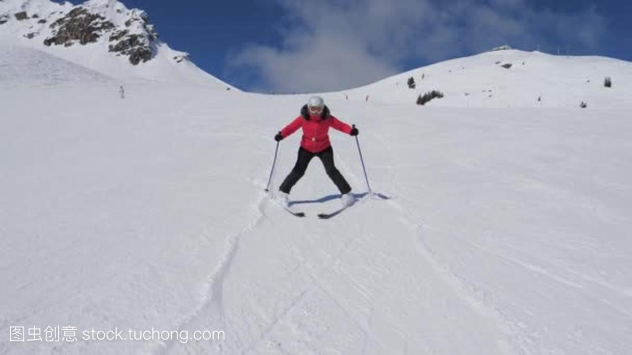 初学者滑雪妇女小心和放慢滑雪斜坡手工折视频蝴蝶图片