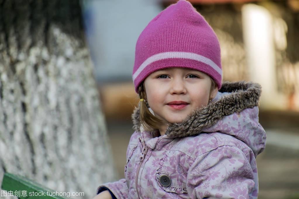 一个小女孩的弹簧从下女生洋红色面的帽看不能摸肖像出来图片