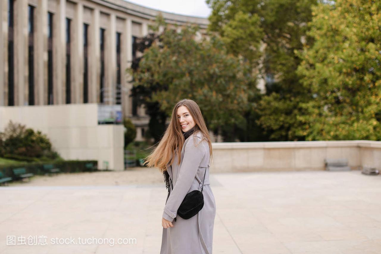 城市步行在女生附近大厦和穿外套女孩做设计师灰色图片
