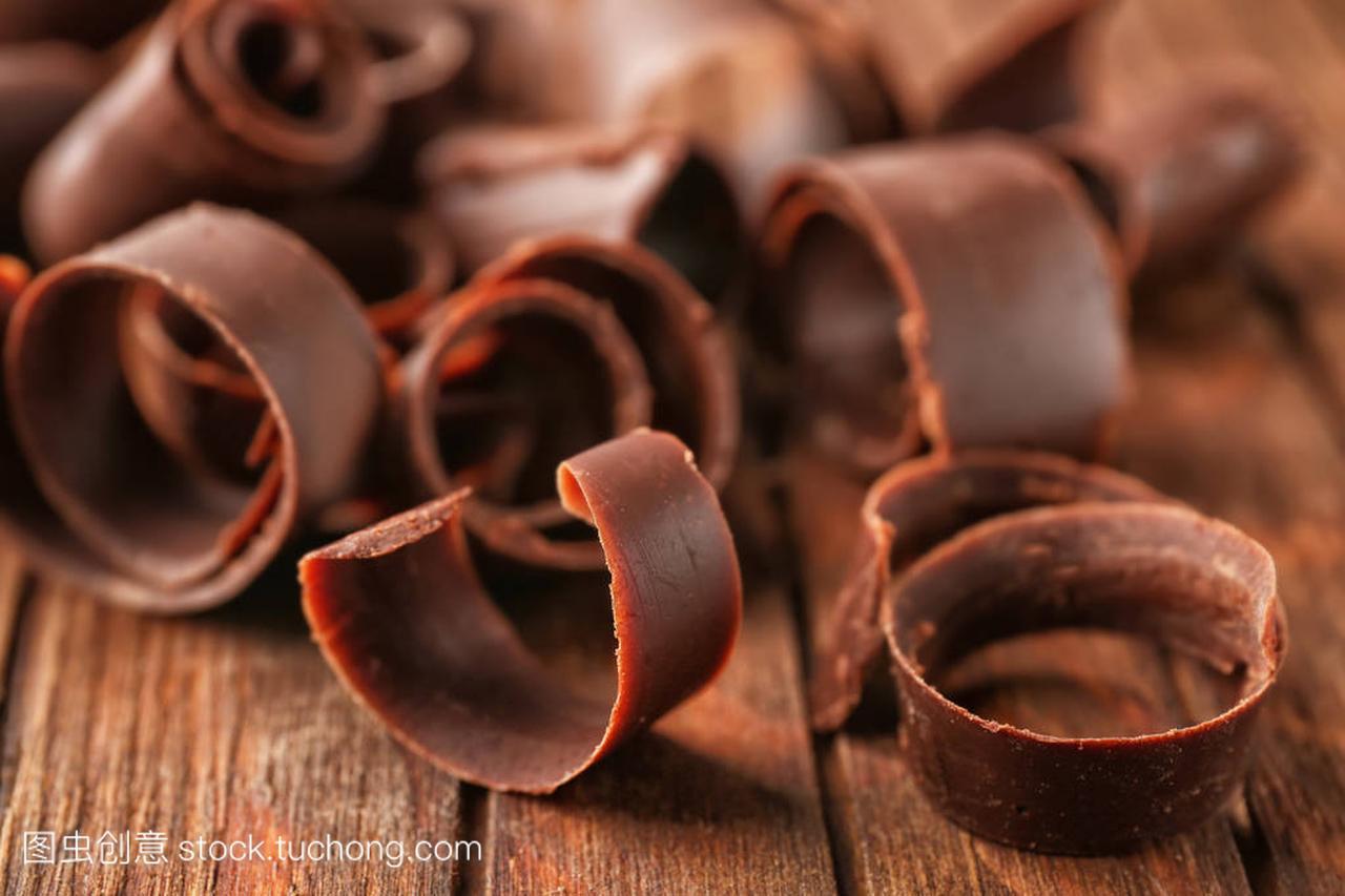 木桌上的巧克力v木桌,特写齐刘海想要换种刘海图片