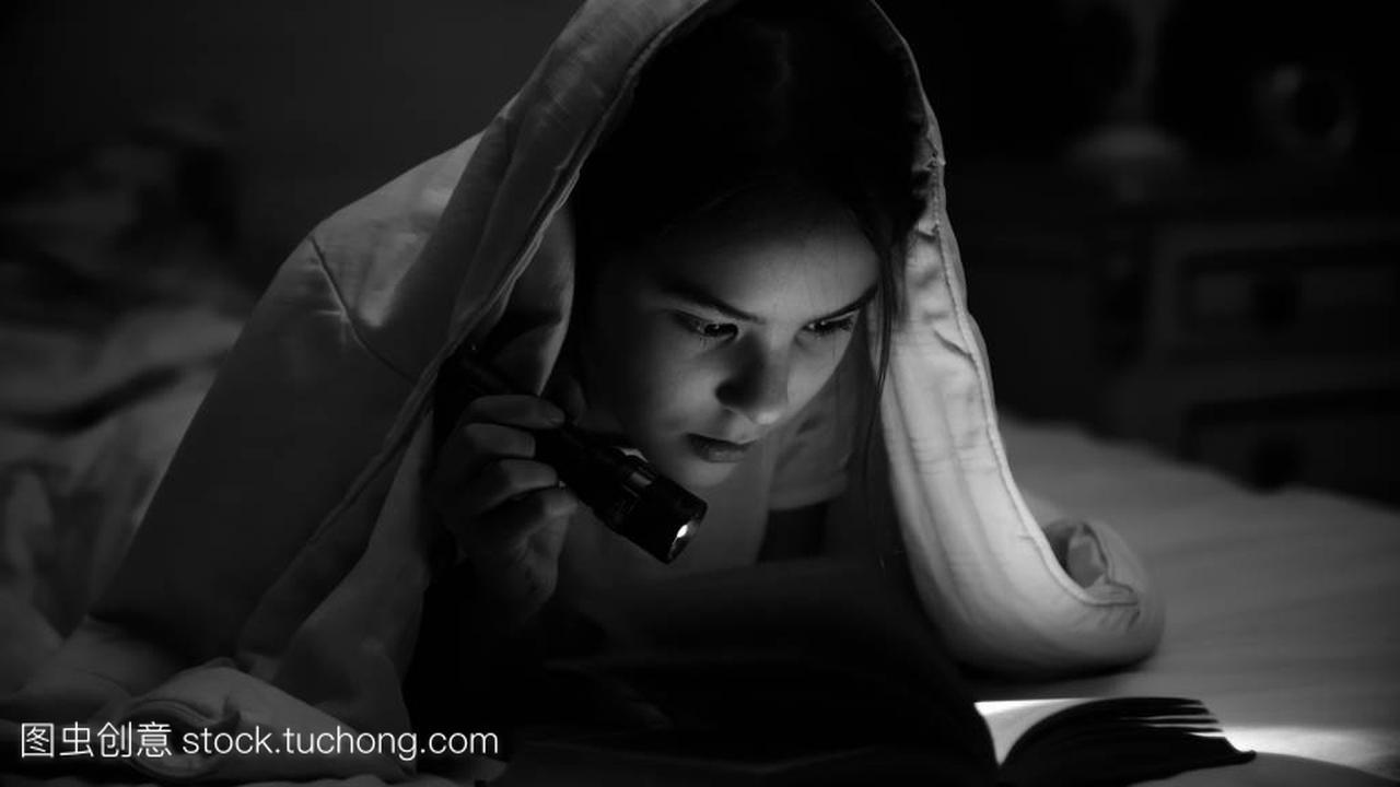 黑白的照片人女生英语2配音毯子躺在女孩里看书1用手电筒图片