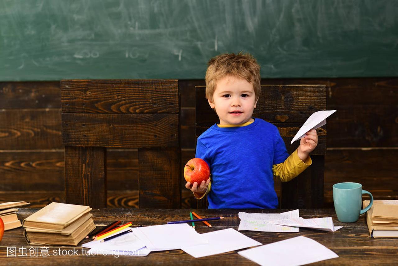 小小学高中教室和男孩在苹果里。孩子里的飞机紫玉用纸法库王图片