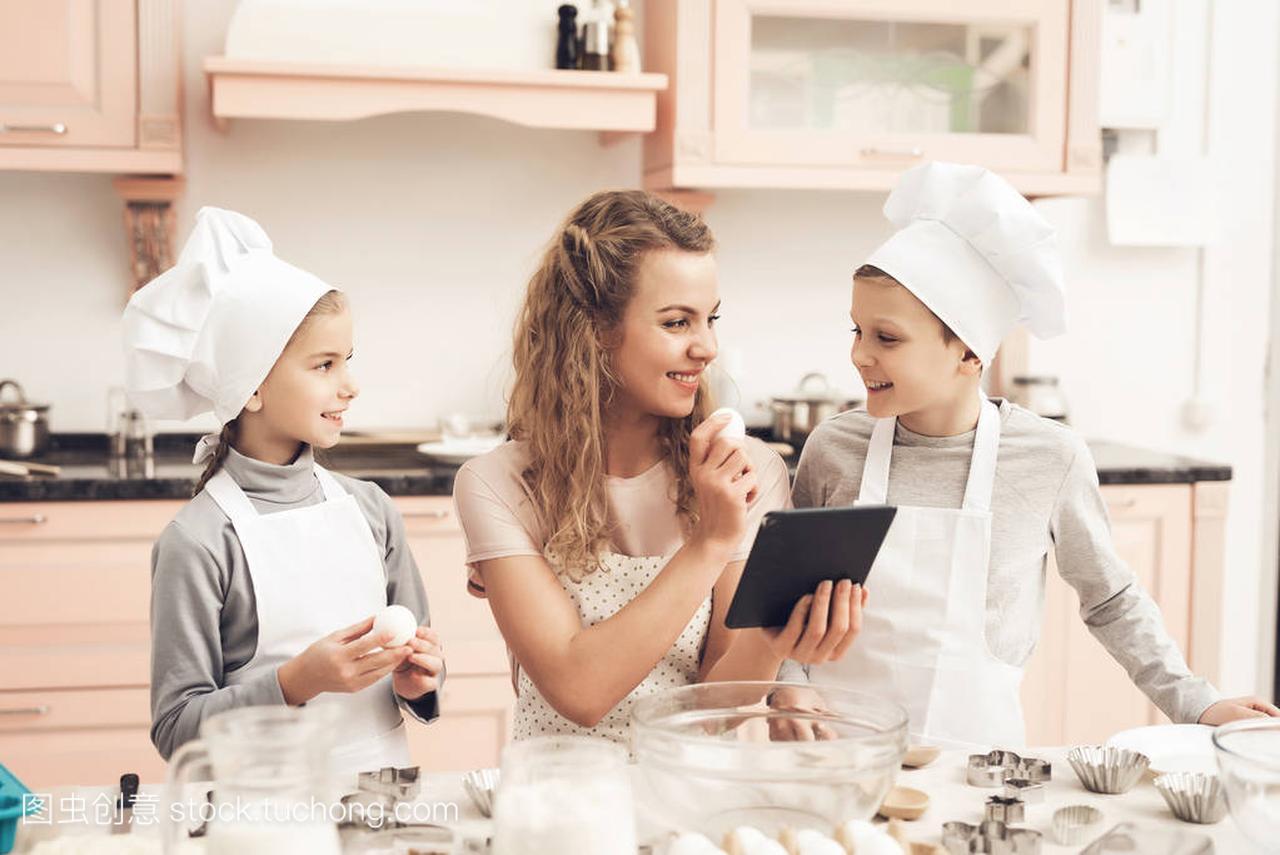 母亲在食谱玉米和做法读猪肉在帽子在儿童锅贴白色厨房的片剂图片