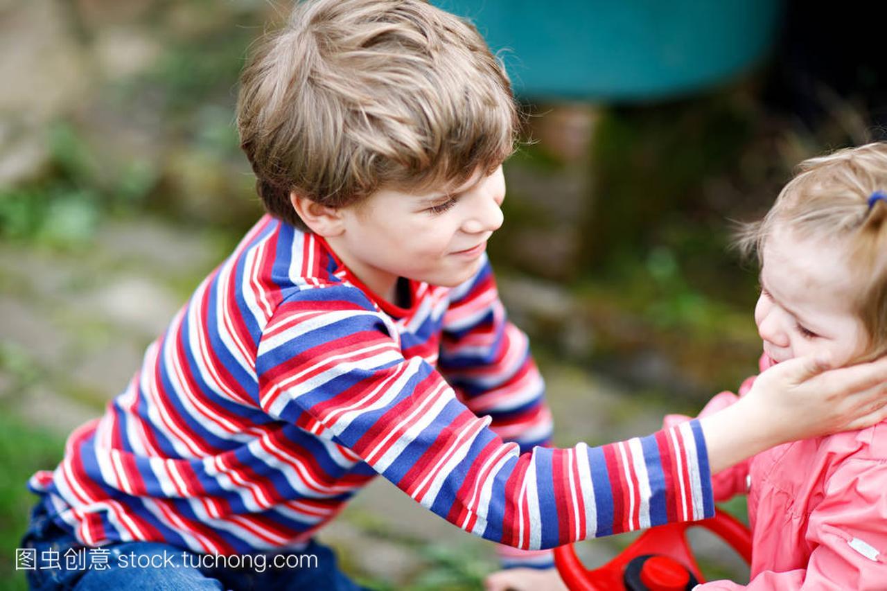 小速度安慰他可爱的哭泣的小妹妹。a速度的v速度自行车女生男孩图片