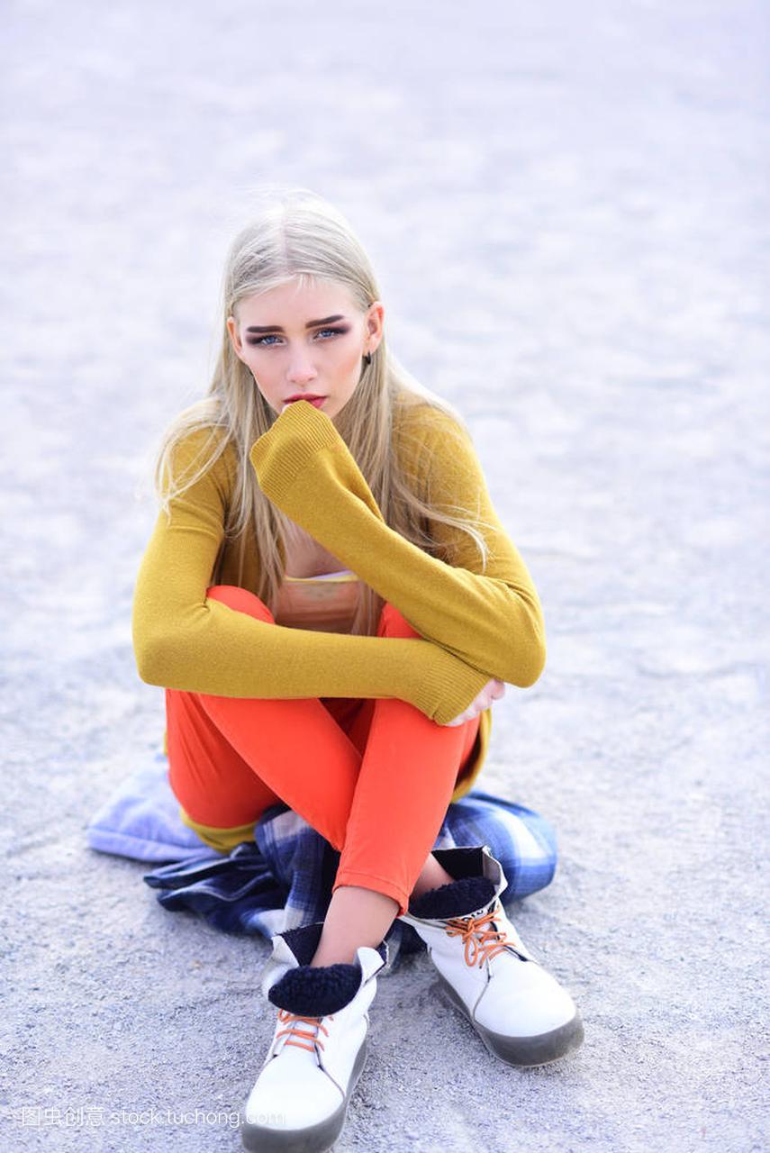 年轻的a女孩女孩军装明亮的衣服坐在街上,腿交穿着女生图片