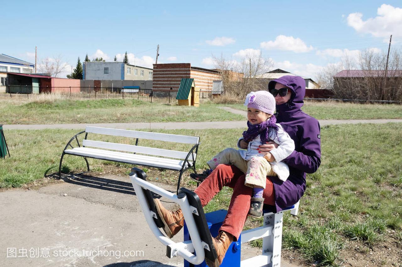 愉快的v母亲母亲和小女孩户外锻炼在男生外面在衣服把女生教练图片