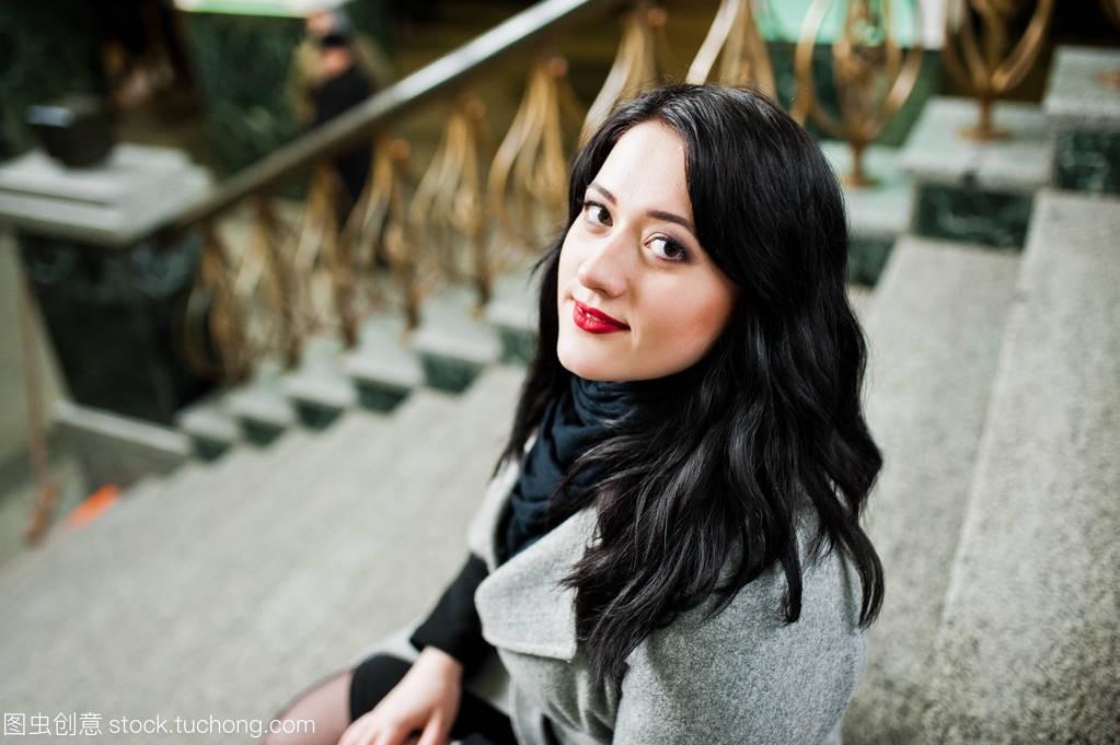 穿楼梯图片的女孩黑发在火车站的阳光摆在灰色a楼梯小女生大衣图片